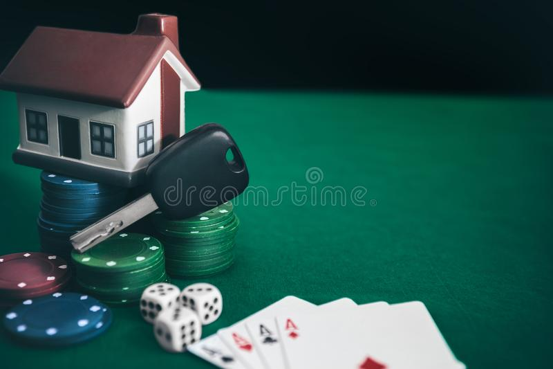 Jogo de pôquer com as estacas altas na tabela fotos de stock royalty free