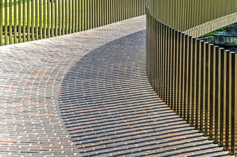 Jogo de sombra da ponte pedestre foto de stock royalty free