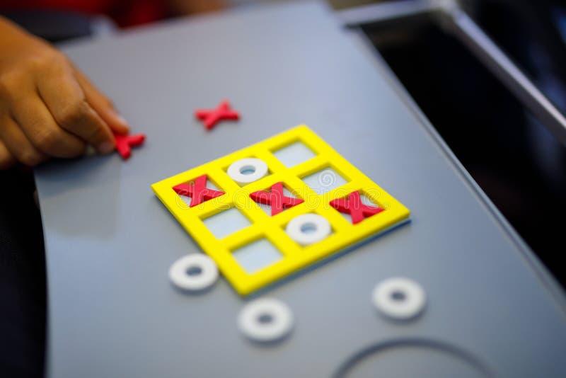 Jogo de Tac Toe do tique Atividade de lazer para crianças e adultos Em casa, viajando, no plano imagens de stock
