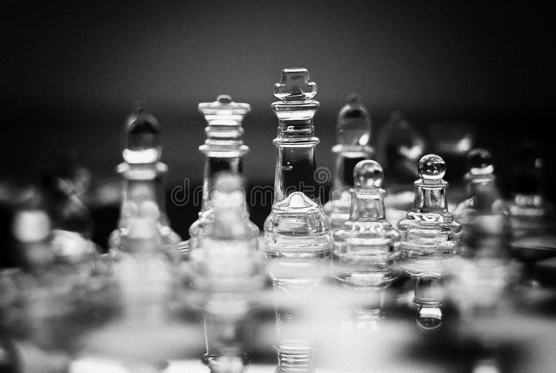 Jogo de xadrez de vidro, rei com rainha, filme de BW imagem de stock royalty free