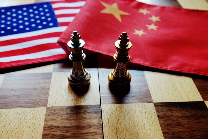 Jogo de xadrez Dois reis cara a cara em bandeiras nacionais chinesas e americanas Guerra comercial e conflito entre dois países g imagens de stock royalty free