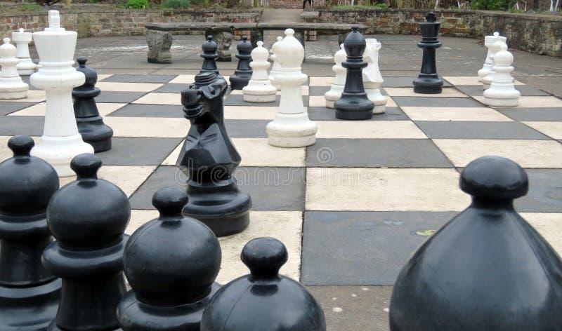Jogo de xadrez gigante imagens de stock royalty free