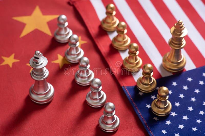 Jogo de xadrez Suporte de duas equipes para confrontar-se em bandeiras nacionais de China e de EUA Conceito da guerra comercial fotografia de stock royalty free