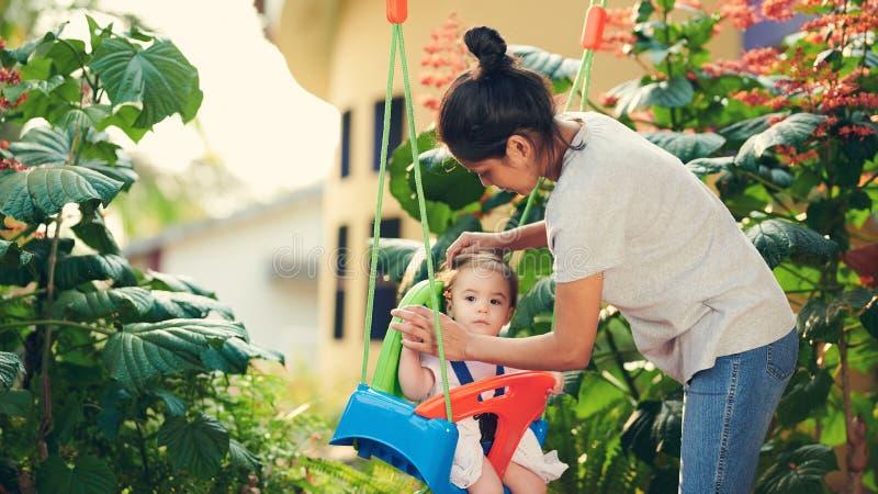 Jogo do baby-sitter de bebê com criança imagens de stock