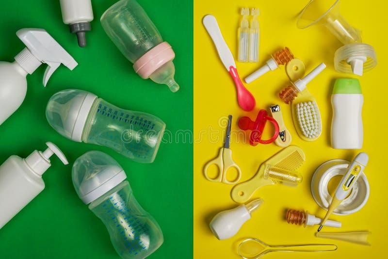 Jogo do cuidado do bebê e garrafas de alimentação plásticas, vista superior foto de stock royalty free