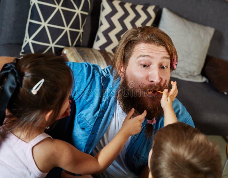 Jogo do pai e das crianças imagens de stock royalty free