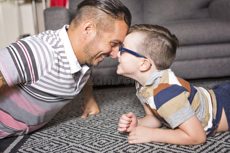 Jogo do pai e do filho imagens de stock