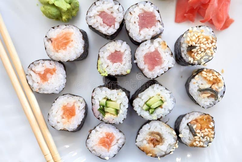Jogo do sushi Ajuste do sushi diferente com marisco Rolos de sushi com enchimentos diferentes Um prato da culinária japonesa trad fotografia de stock royalty free