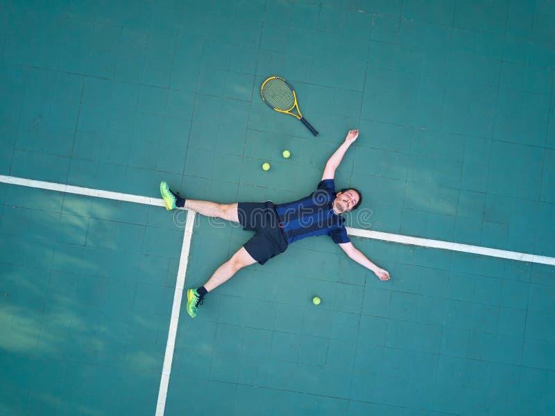 Jogo do tênis da vitória do homem imagens de stock royalty free