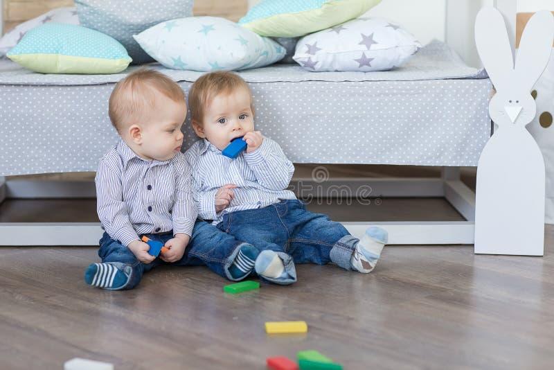 Jogo dos gêmeos do menino fotos de stock
