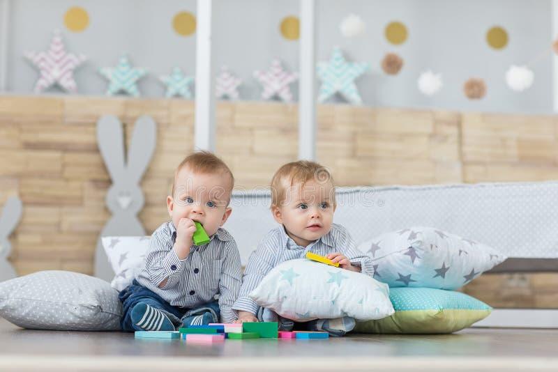 Jogo dos gêmeos do menino fotografia de stock