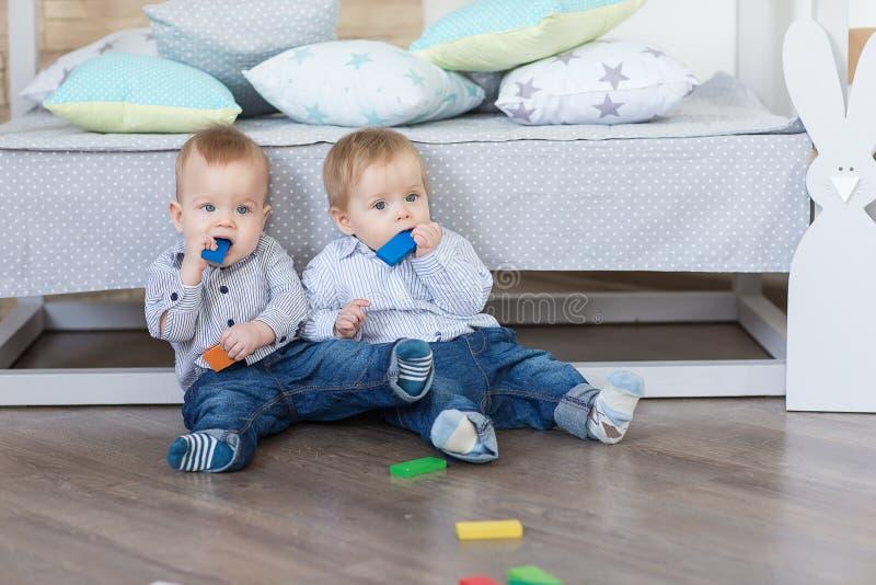 Jogo dos gêmeos do menino imagens de stock royalty free