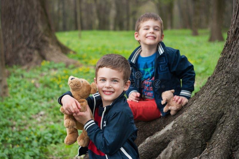 Jogo dos irmãos gêmeos na floresta imagem de stock