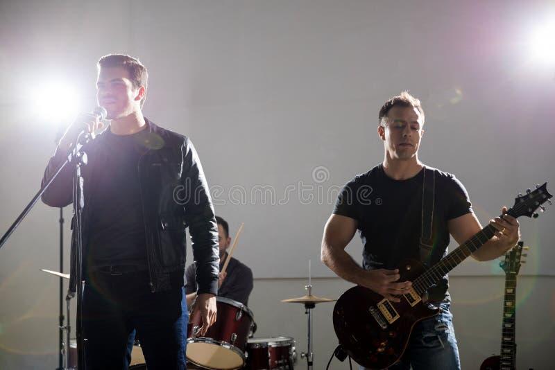 Jogo dos músicos de grupo de rock vivo fotografia de stock royalty free