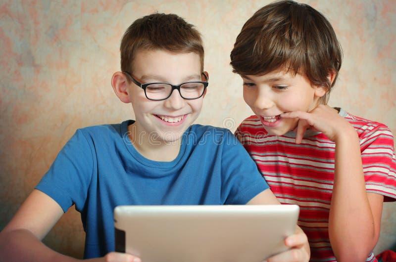 Jogo dos meninos do Preteen no fim do portátil acima fotografia de stock royalty free