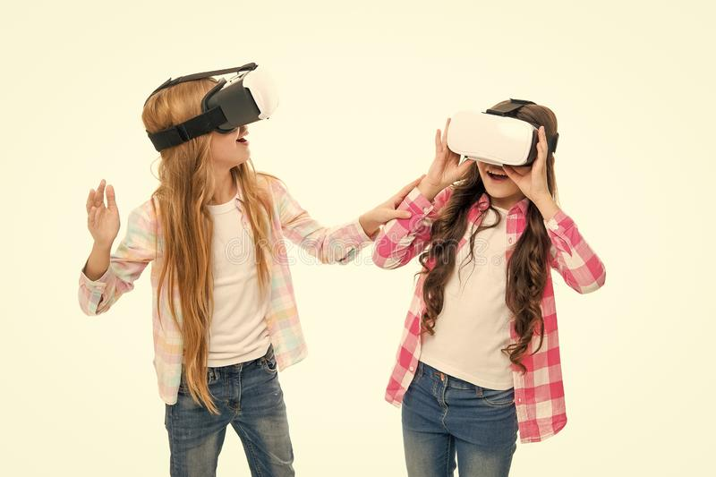 Jogo e divertimento As meninas interagem realidade do cyber Jogo e estudo do cyber do jogo Instru??o moderna Educa??o alternativa imagem de stock