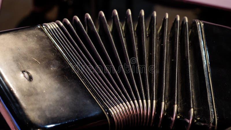 Jogo em um acordeão grande Jogando o close-up da harmônica Russo idoso do instrumento musical bayan - abotoe o acordeão fotografia de stock royalty free