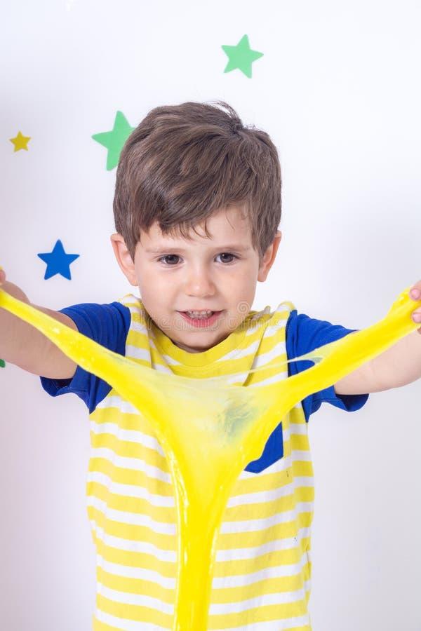 Jogo engraçado bonito do menino com limo imagens de stock