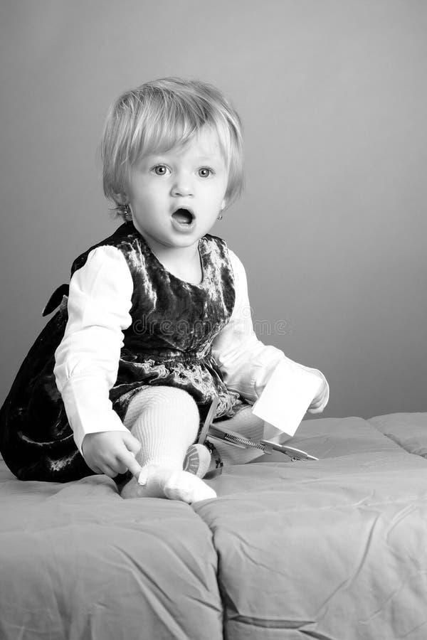 Jogo engraçado do bebé foto de stock