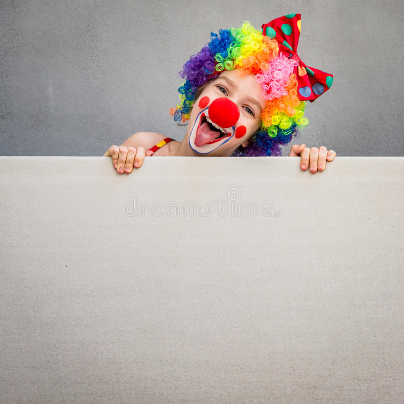 Jogo engraçado do palhaço da criança interno fotografia de stock