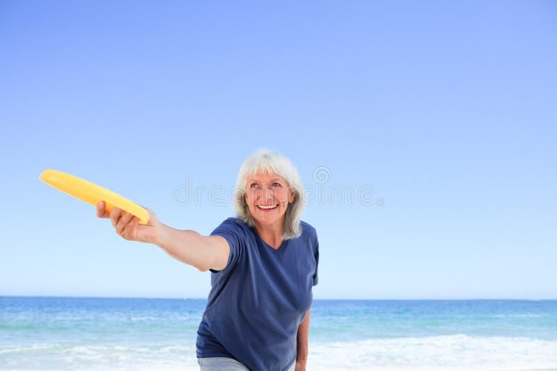 Jogo idoso da mulher freesby imagens de stock