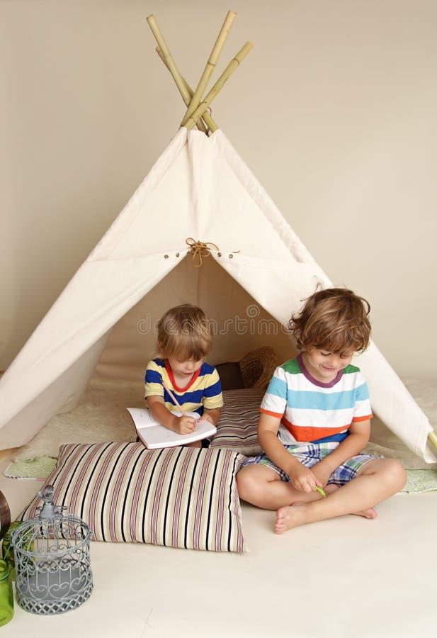 Jogo interno com barraca da tenda fotografia de stock