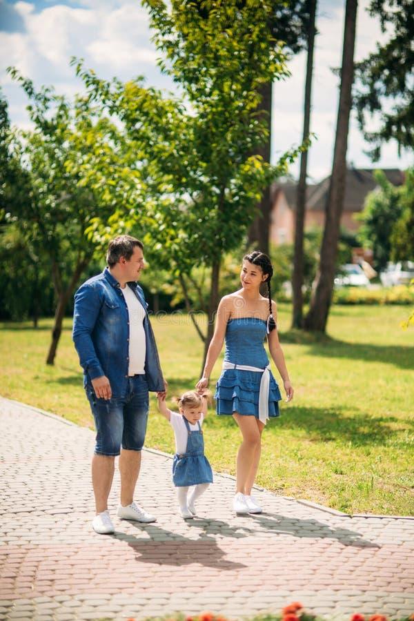 Jogo masculino e fêmea feliz com criança fora imagens de stock royalty free