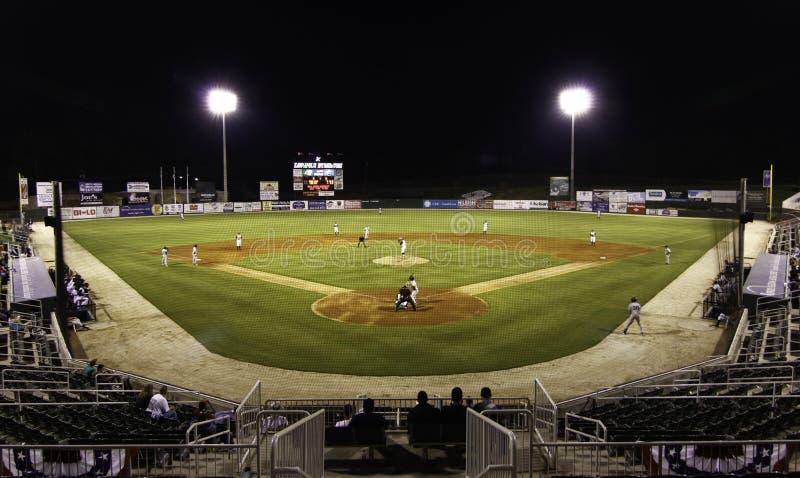 Jogo nocturno - estádio do basebol do campeonato menor fotografia de stock