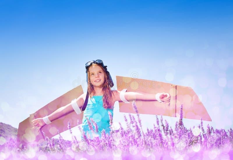 Jogo piloto da menina no campo da alfazema no dia ensolarado fotografia de stock royalty free