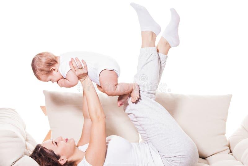 Jogos ativos da mãe com bebê fotografia de stock royalty free