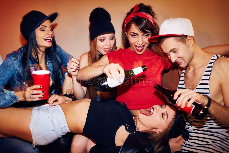 Jogos bebendo sexuais no estudante Party foto de stock