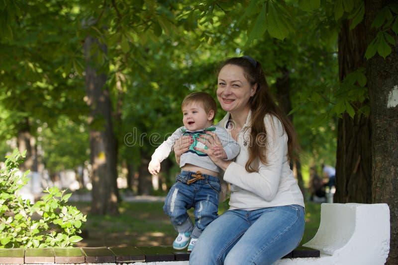 Jogos da avó com seu neto foto de stock royalty free