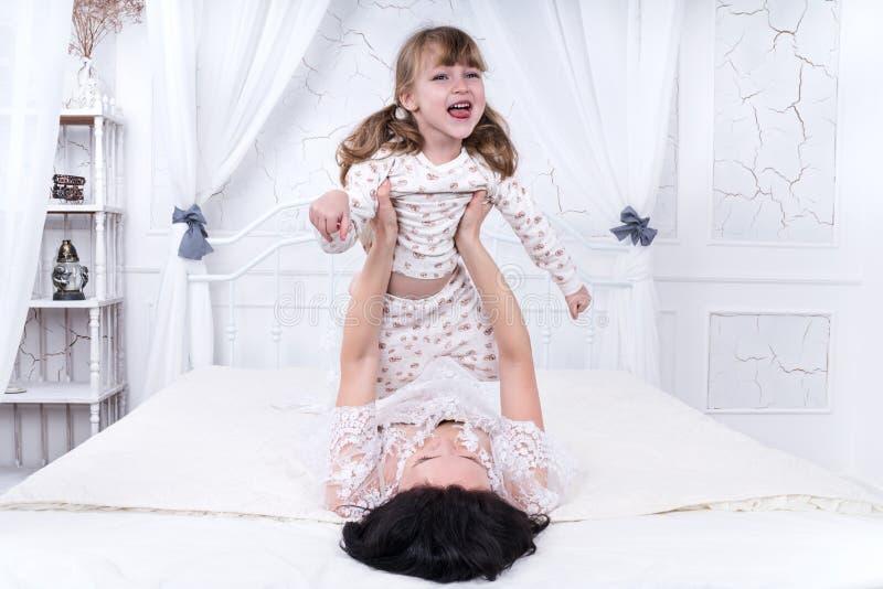 Jogos da mãe com sua filha imagens de stock