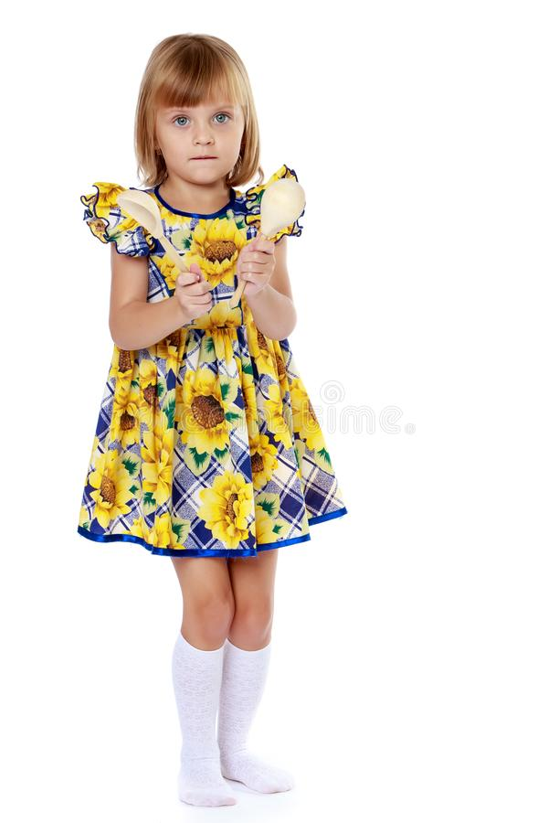 Jogos da menina em colheres foto de stock