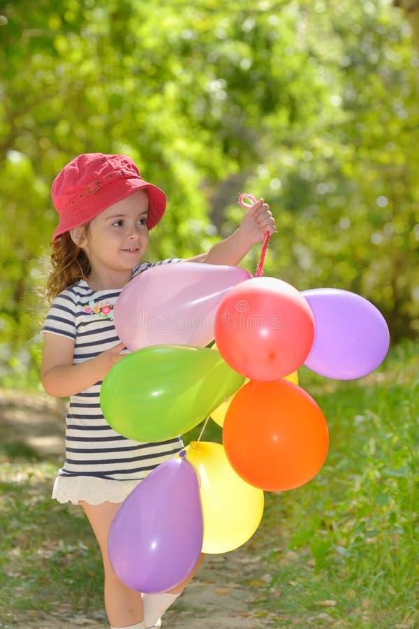 Jogos da menina no parque do verão imagens de stock royalty free