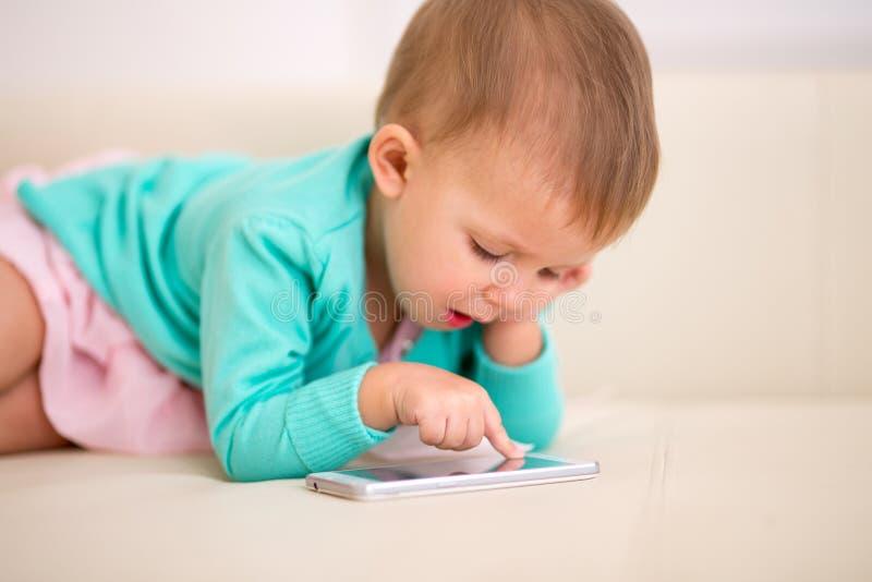 Jogos da menina no smartphone fotos de stock royalty free