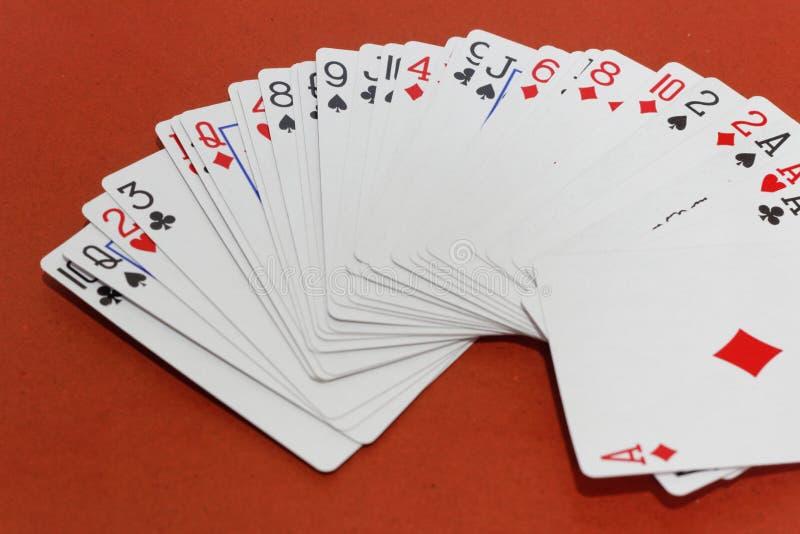Jogos de cartas no fundo vermelho Jogando e apostando o conceito fotografia de stock