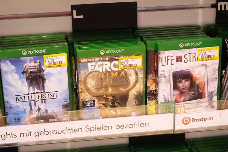 Jogos de Xbox na loja da eletrônica fotos de stock royalty free