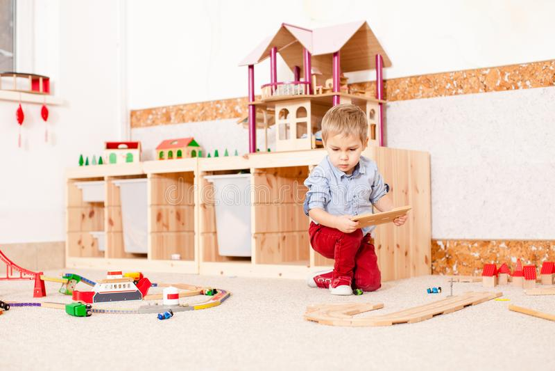 Jogos do menino com trem imagens de stock royalty free
