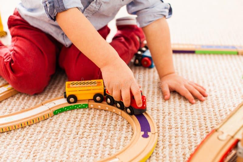 Jogos do menino com trem imagem de stock