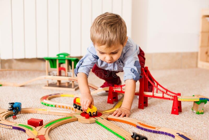 Jogos do menino com trem fotografia de stock