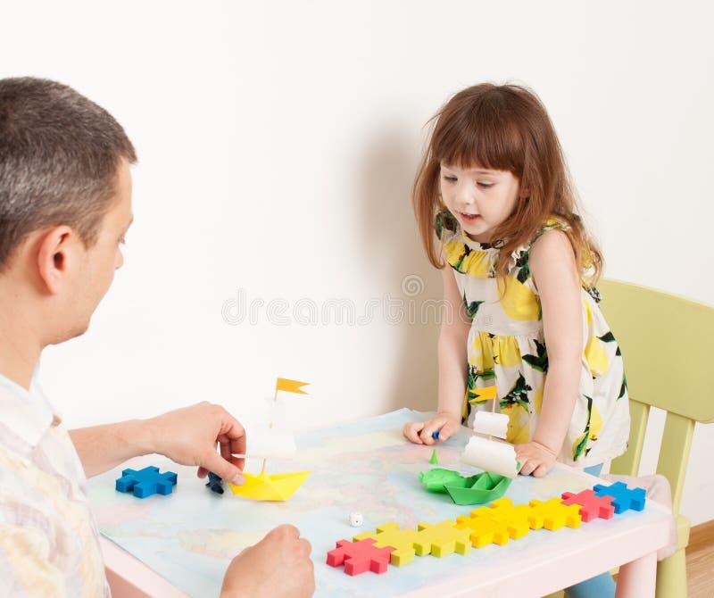 Jogos do paizinho com a filha em navios do jogo imagem de stock royalty free