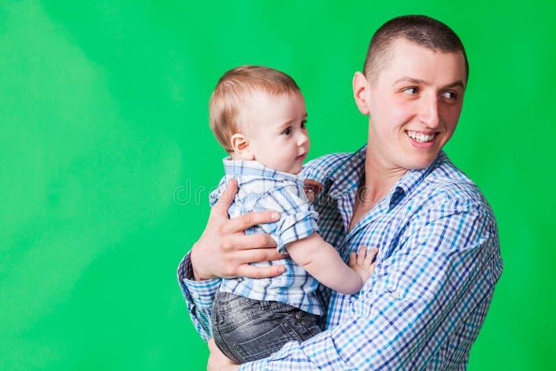 Jogos felizes do pai com um bebê foto de stock royalty free
