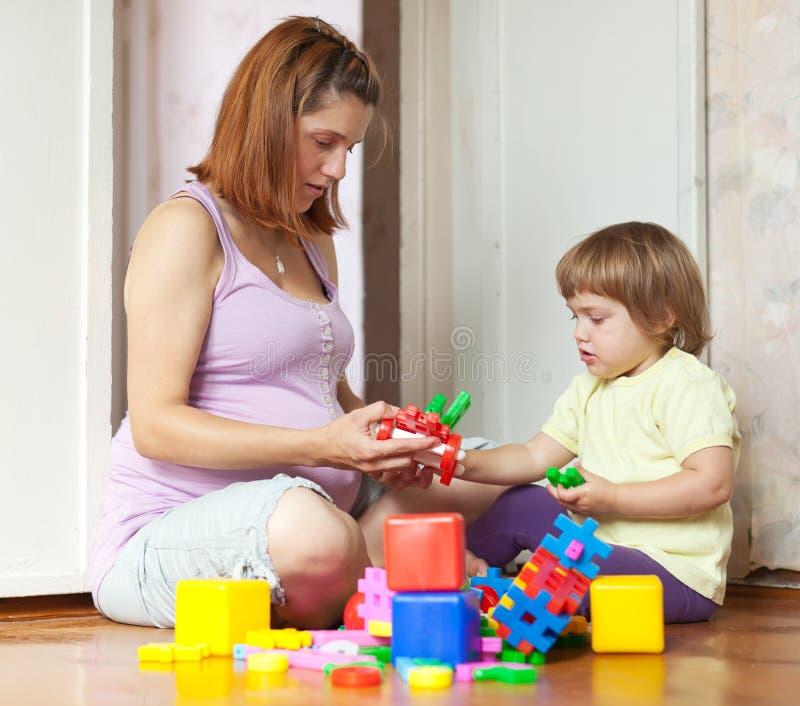 Jogos grávidos da matriz com criança fotografia de stock