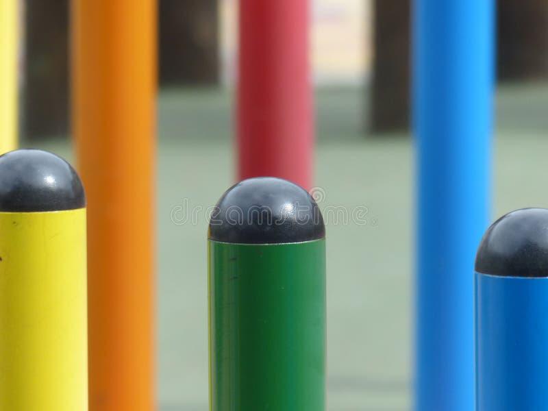 Jogos no children& x27; campo de jogos de s fotos de stock