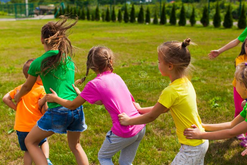 Jogos positivos do acampamento das crianças fotos de stock royalty free