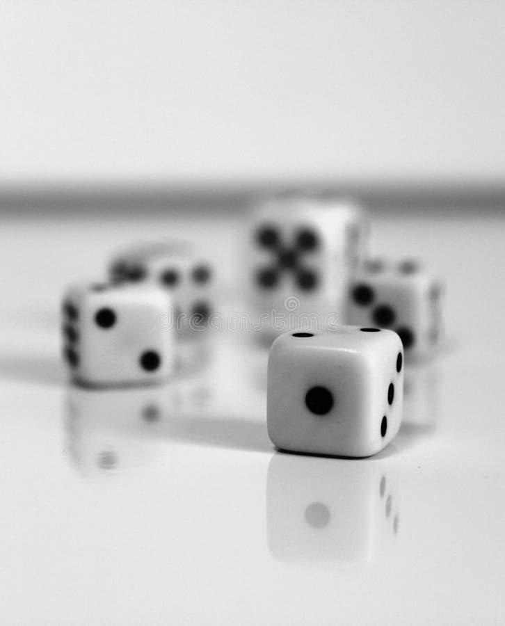 Download Jogos Pretos Brancos Do Jogo Do Número Aleatório Dos Dados Foto de Stock - Imagem de jogo, branco: 65578460