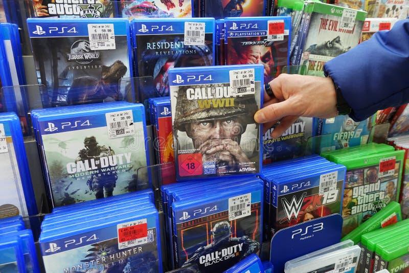 Jogos PS4 em uma loja foto de stock royalty free