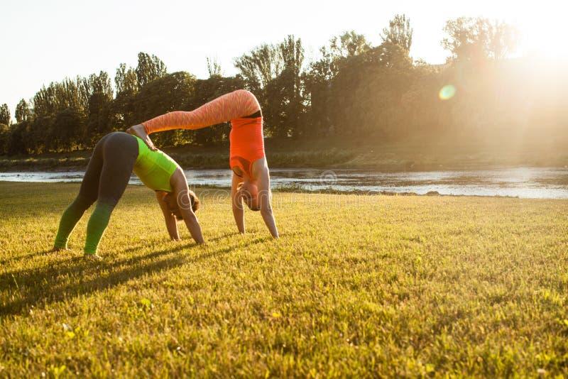 Jogowie robi treningowi w parku outdoors zdjęcia stock