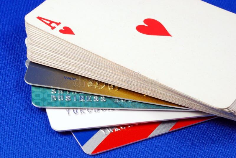 Jogue cartões com cartões de crédito imagem de stock royalty free